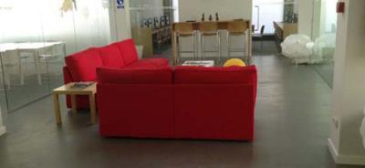 Suelo de salón de Microcemento. Las características del microcemento lo hacen un salón elegante.