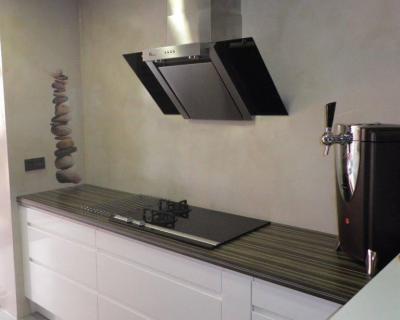 Paredes de cocina de microcemento en color quarzo