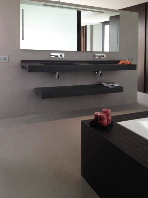 Microcemento Resistone en pared de baño