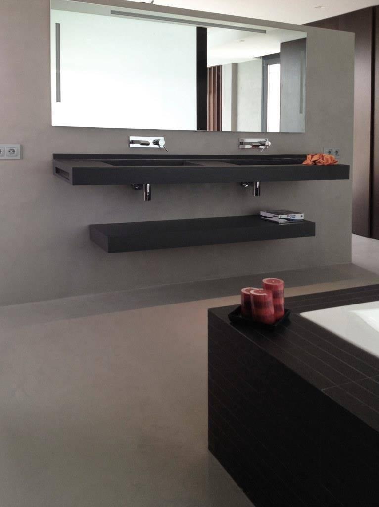 Pared de baño de microcemento Resistone color acero