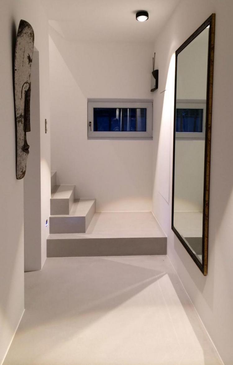 Microcemento Resistone pasillo y escalera